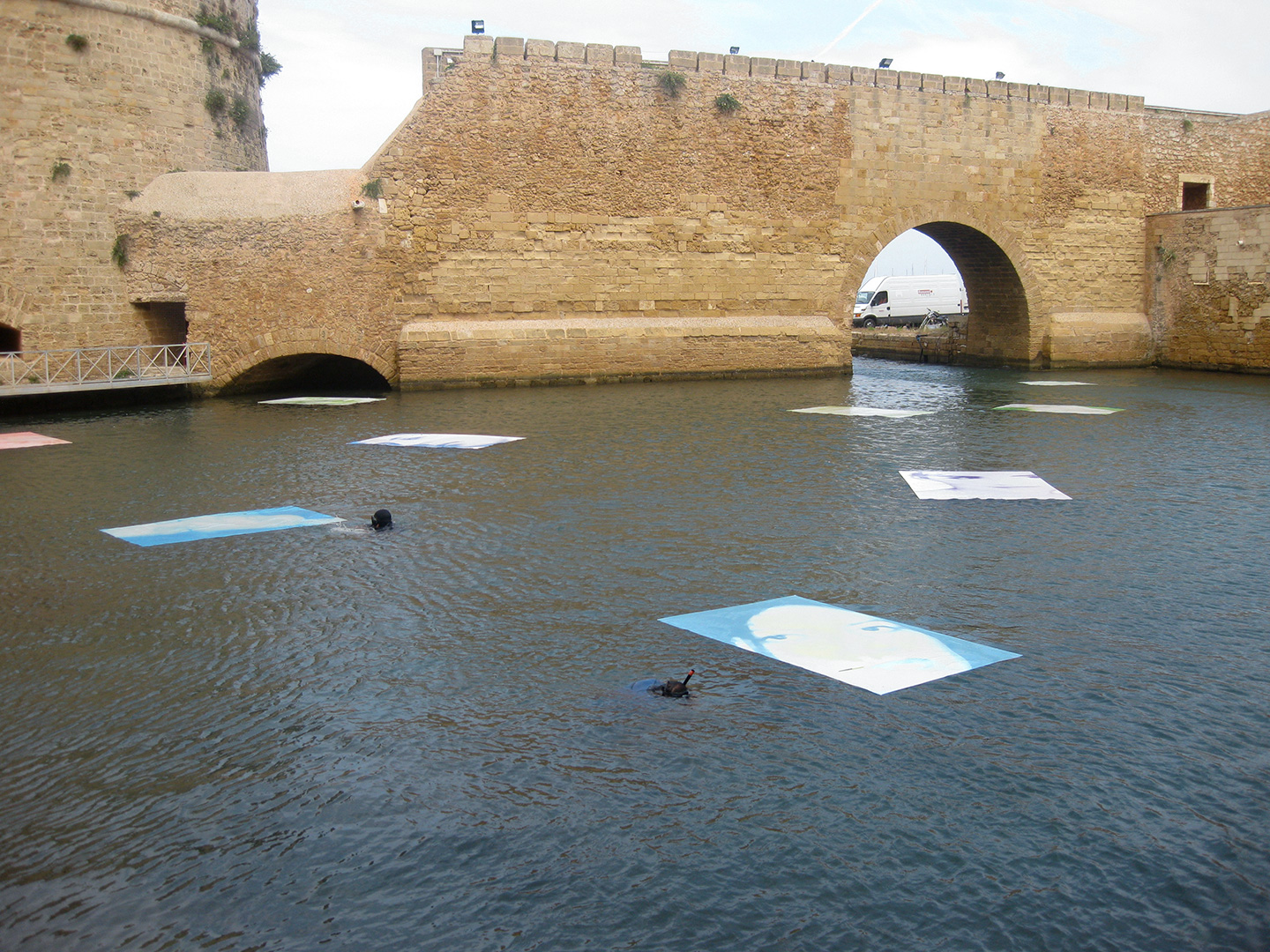 Guillermina De Gennaro, Volver sin Volver, floating installation, partial view, printing on pvc, cm200x300 each, variable dimensions, Castello Forte a Mare, Brindisi, 2010.