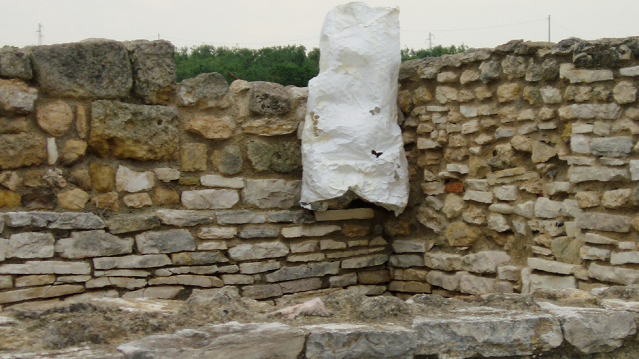 Guillermina De Gennaro, Dimore per api, paper, iron, sand, variable dimensions, 2004.